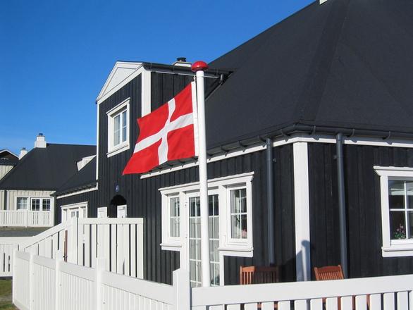 Hus med dansk flagga